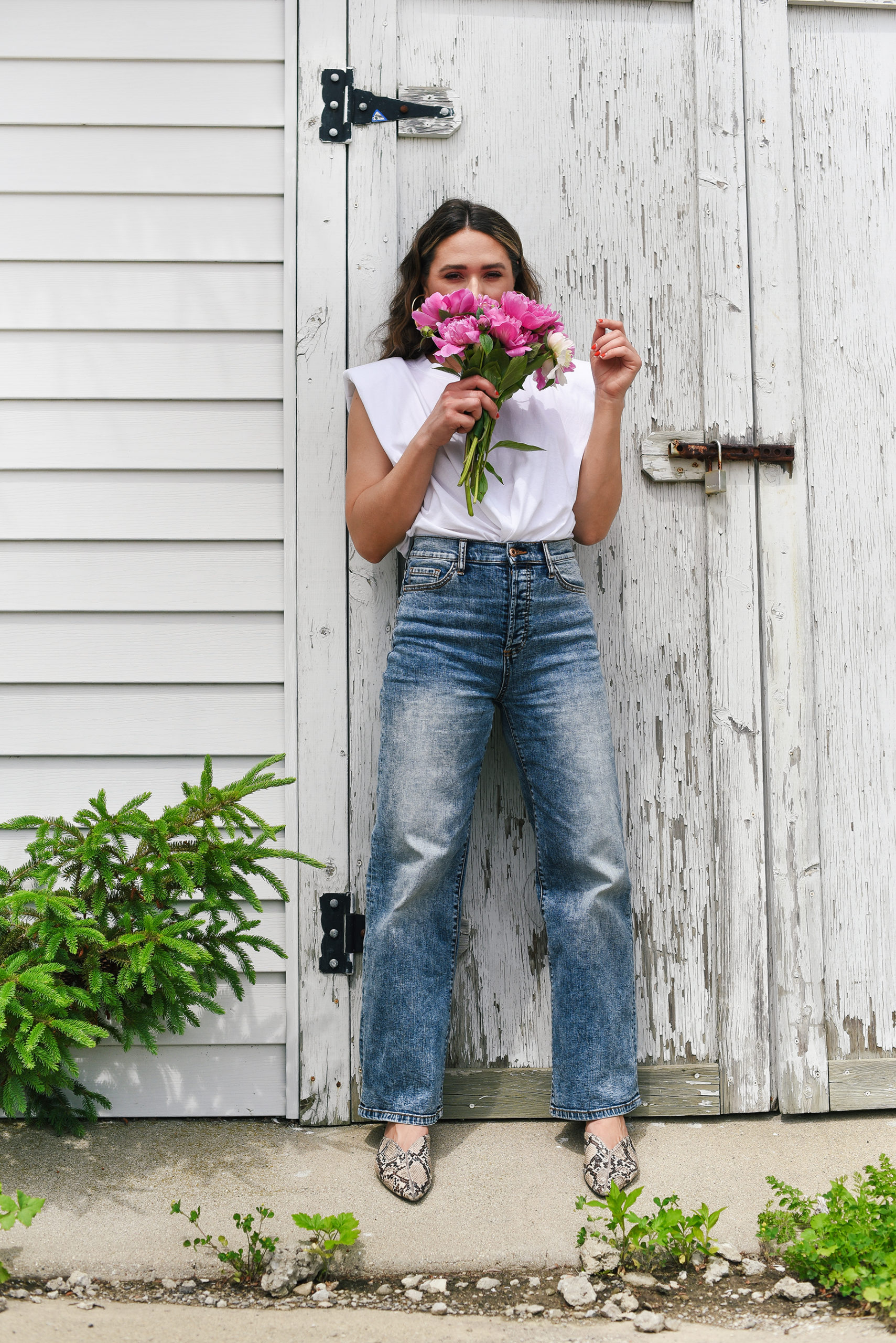 white-tee-light-blue-jeans-crimped-hair-summer-girl-easy-outfit-street-style-look-peony
